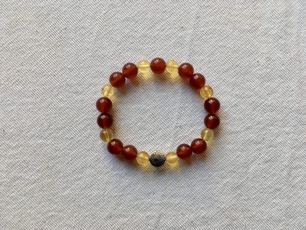 Création bracelet pierres naturelles - La Cabane des Artistes
